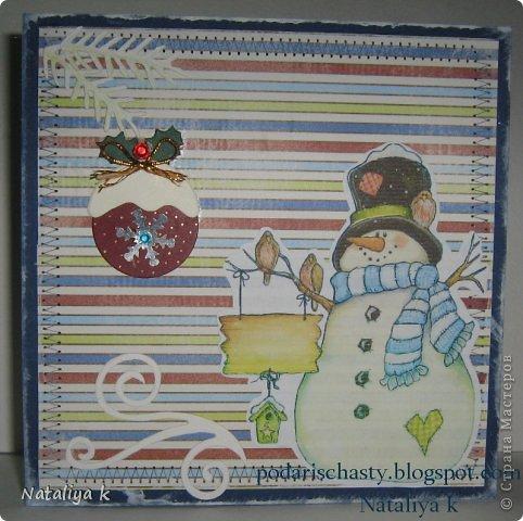 """Спешу показать Вам свою первую ))) в этом сезоне новогоднюю открыточку. По материалам всё просто : темно синий кардсток (испачкан белым акрилом) , очаровательный полосатый листик из коллекции Calais от 7 gypsies, милашка снеговик распечатан на принтере,веточки и завиток ,элементы шарика- вырубка,сутаж,стразики,снежинка-пайетка,машинная строчка """"зигзаг"""".Вот ,пожалуй,и все премудрости."""