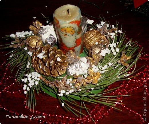 Моя композиция на Новогодний стол. Свечу делала сама, затем  декупаж с помощью раскаленной ложки. Стоит на блюдце (насмотрелась на работы наших Мастериц, спасибо им за это), красила гуашью, делала венок из веточек, украшала подручным материалами. фото 1