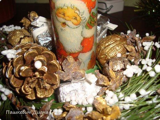 Моя композиция на Новогодний стол. Свечу делала сама, затем  декупаж с помощью раскаленной ложки. Стоит на блюдце (насмотрелась на работы наших Мастериц, спасибо им за это), красила гуашью, делала венок из веточек, украшала подручным материалами. фото 3