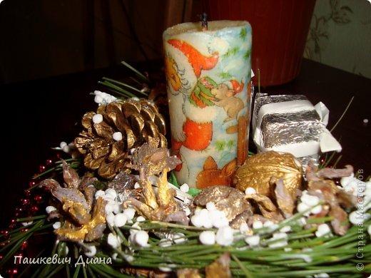 Моя композиция на Новогодний стол. Свечу делала сама, затем  декупаж с помощью раскаленной ложки. Стоит на блюдце (насмотрелась на работы наших Мастериц, спасибо им за это), красила гуашью, делала венок из веточек, украшала подручным материалами. фото 4