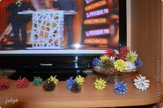 """Как и все """"украшаюсь"""" к предстоящим новогодним праздникам. Точнее стараюсь максимально приблизиться к новогодней тематике в своем интерьере. На этот раз я использовала обычные сосновые шишки, только вот раскрасила я их не обычно, в разные цвета))  фото 3"""