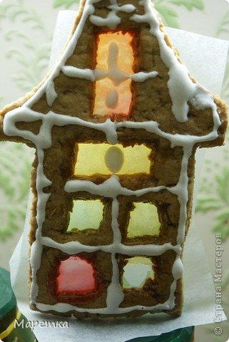 Это домик такой у нас. С окошками. На первом этаже уже окошко выбито ;)) Снежком, наверное. фото 1