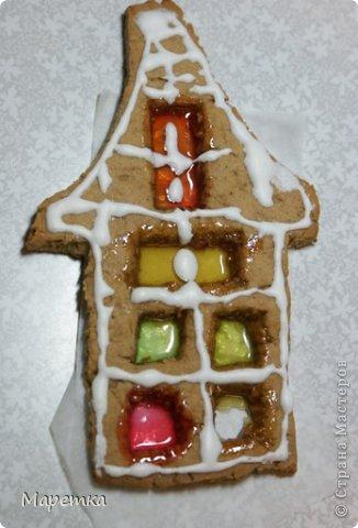 Это домик такой у нас. С окошками. На первом этаже уже окошко выбито ;)) Снежком, наверное. фото 2