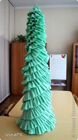 В детском саду объявили конкурс креативных елок. Каждая группа и специалисты должны представить елку высотой не менее 1 метра. Вот что получилось. фото 5