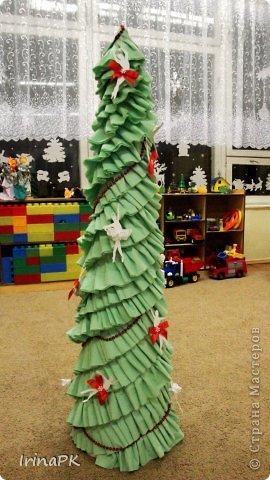 В детском саду объявили конкурс креативных елок. Каждая группа и специалисты должны представить елку высотой не менее 1 метра. Вот что получилось. фото 9