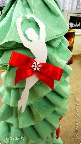 В детском саду объявили конкурс креативных елок. Каждая группа и специалисты должны представить елку высотой не менее 1 метра. Вот что получилось. фото 7