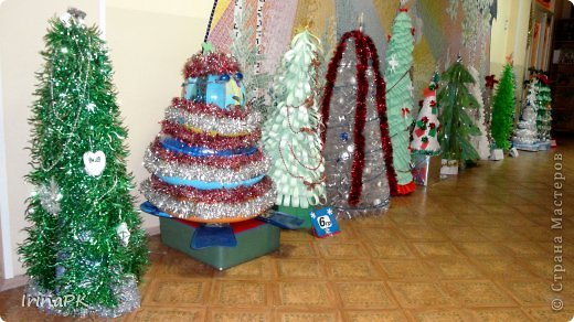 В детском саду объявили конкурс креативных елок. Каждая группа и специалисты должны представить елку высотой не менее 1 метра. Вот что получилось. фото 1