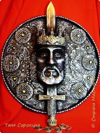 Меч в камне плотно возлежит... Кто вынет меч, Тому и честь принадлежит Весь мир беречь. Судьба Артура привела. Победа ждёт! И Братство Круглого Стола - Его оплот. А было ль это, господа? Пусть лжёт рассказ... Но только он живёт всегда В сердцах у нас. фото 7