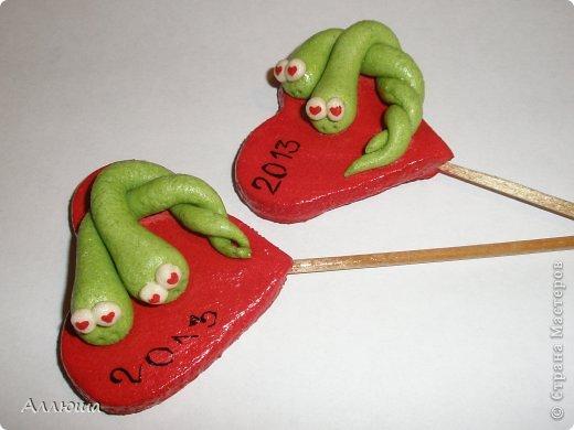 Накануне Нового года успела слепить маленькие сувенирчики родным. Это магнитик для семейной пары, которая сейчас ждет пополнения. Никак не получалось сфотографировать получше. фото 3