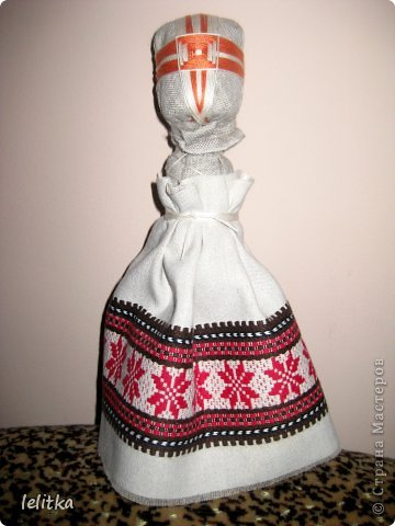 Кукла- мотанка Подружка. Ее я  изготовила по принципу славянской куклы на счастье. Только роста она побольше -18 см. Обычно куклы на счастье делают 5-6 см ростом.  Эта куколка для моей подруги на день рожденья. Она давно хотела иметь мою мотанку.  фото 9