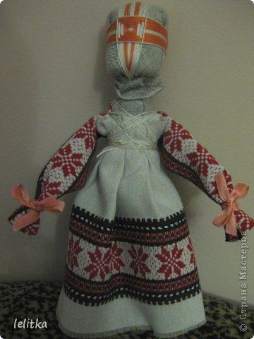 Кукла- мотанка Подружка. Ее я  изготовила по принципу славянской куклы на счастье. Только роста она побольше -18 см. Обычно куклы на счастье делают 5-6 см ростом.  Эта куколка для моей подруги на день рожденья. Она давно хотела иметь мою мотанку.  фото 10