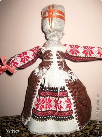 Кукла- мотанка Подружка. Ее я  изготовила по принципу славянской куклы на счастье. Только роста она побольше -18 см. Обычно куклы на счастье делают 5-6 см ростом.  Эта куколка для моей подруги на день рожденья. Она давно хотела иметь мою мотанку.  фото 11