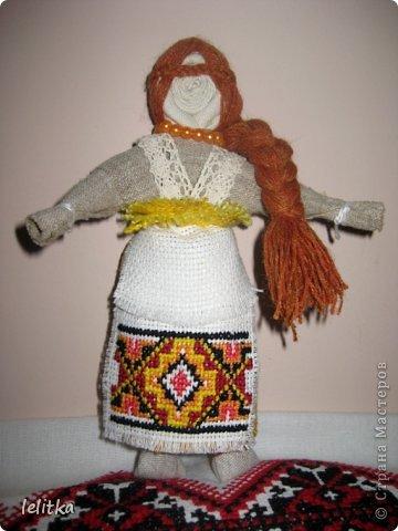 Кукла- мотанка Подружка. Ее я  изготовила по принципу славянской куклы на счастье. Только роста она побольше -18 см. Обычно куклы на счастье делают 5-6 см ростом.  Эта куколка для моей подруги на день рожденья. Она давно хотела иметь мою мотанку.  фото 6