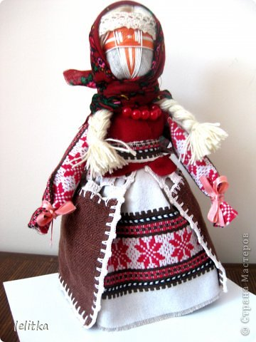 Кукла- мотанка Подружка. Ее я  изготовила по принципу славянской куклы на счастье. Только роста она побольше -18 см. Обычно куклы на счастье делают 5-6 см ростом.  Эта куколка для моей подруги на день рожденья. Она давно хотела иметь мою мотанку.  фото 7