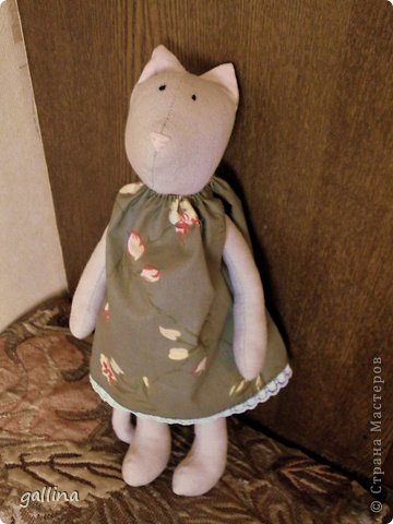 Кошка-тильда. Пошита из...ой, были такие летние брючки... но малы... а цвет такой подходящий... А платье из бязи, кофта из флиса. фото 2