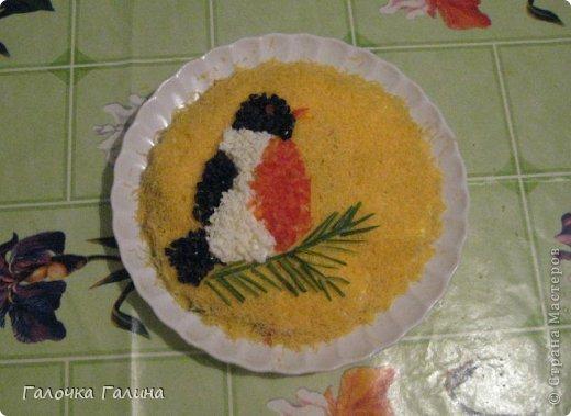 """САЛАТ"""" МОРСКОЕ ДНО"""" крабовые палочки, кукуруза, свежий огурец, креветки, мидии, кальмары, рис, яйца вареные, маслины, икра красная (для украшения), майонез, петрушка (для украшения), соль, перец по вкусу.  Все ингредиенты режем кубиками или соломкой(по вкусу),перемешиваем с майонезом. В центр тарелки ставим стакан, вокруг формируем салат. После оформления стакан аккуратно вынимаем.Центр оставляем свободным или же украшаем,как на фото. фото 8"""