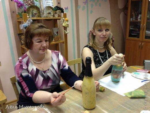 29 декабря прошел мой новогодний мастер-класс по декорированию бутылочки. Некоторые девочки пришли с детишками, но и они не остались без дела - декорировали стаканчики-непроливайки (то, что оказалось под рукой). фото 2