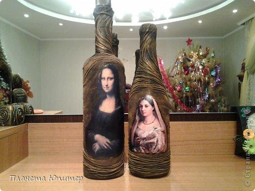 Добрый всем Рождественский вечер! Покажу последнюю свою работу за эти праздничные дни... Это тоже мое давнее желание - попробовать задрапировать бутылку капроном, сделать декупаж с такими картинками... Как вы уже поняли, это женщины не простые.... фото 2