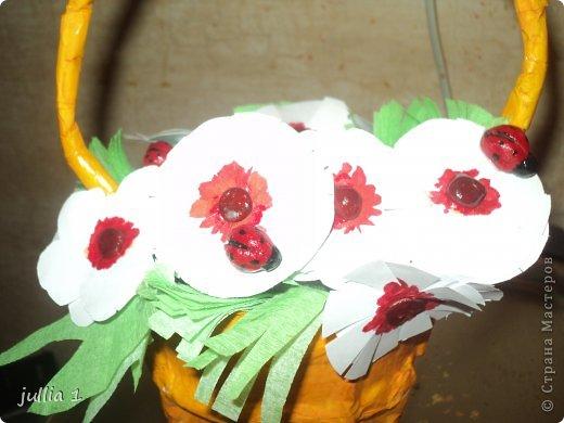 Корзинка выполнена в технике папье-маше, цветочки - аппликация, божьи коровки из солёного теста. фото 2