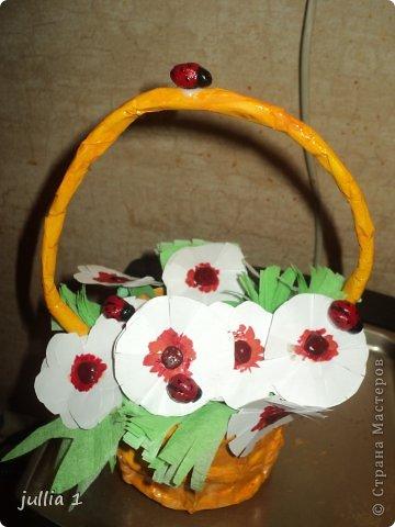Корзинка выполнена в технике папье-маше, цветочки - аппликация, божьи коровки из солёного теста. фото 3