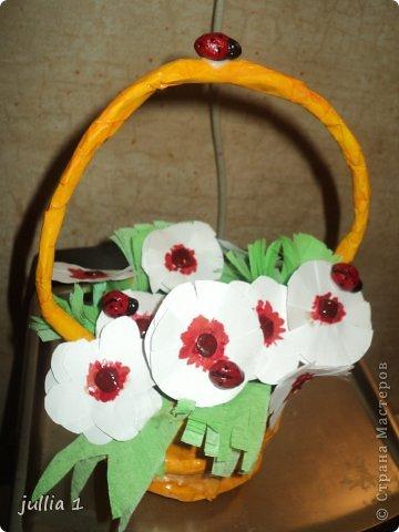 Корзинка выполнена в технике папье-маше, цветочки - аппликация, божьи коровки из солёного теста. фото 1