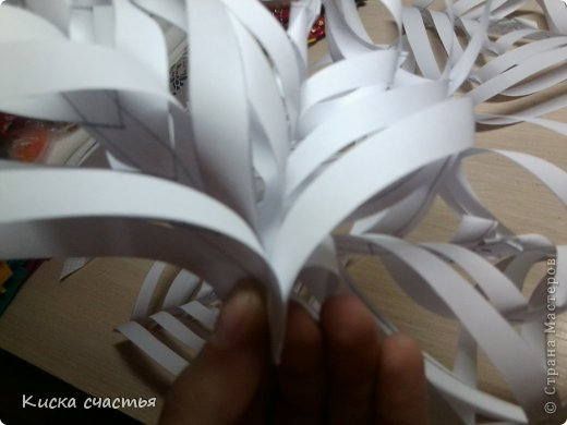 Вот такую снежинку на Новый Год делала. Для того чтобы сделать такую снежинку вам понадобится: Три листа бумаги Степлер Ножницы Линейка Простой карандаш фото 15