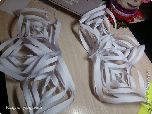 Вот такую снежинку на Новый Год делала. Для того чтобы сделать такую снежинку вам понадобится: Три листа бумаги Степлер Ножницы Линейка Простой карандаш фото 16