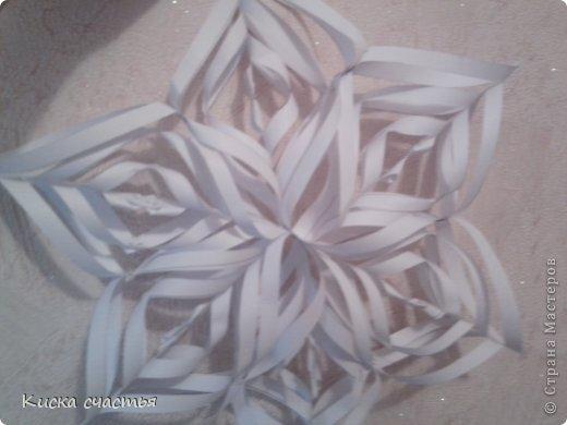 Вот такую снежинку на Новый Год делала. Для того чтобы сделать такую снежинку вам понадобится: Три листа бумаги Степлер Ножницы Линейка Простой карандаш фото 17