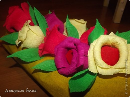 упаковка подарка + цветы из конфеток))