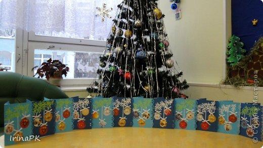 К Новому году сделали много работ с детьми. Такие открытки – в подарок родителям. фото 2