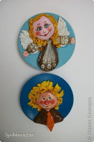 Вот такие миниатюрки-магниты  сделаны в  качестве подарков.Размер деревянных тарелочек 8 см в диаметре.
