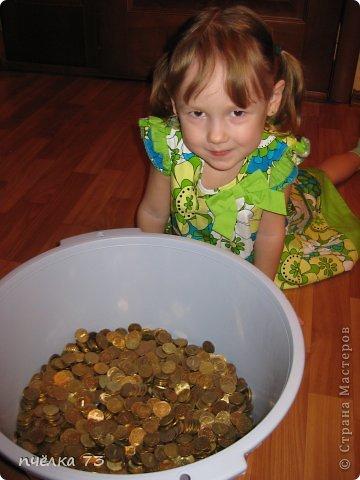 Вот такого бычка нам подарили два года назад в Новый год и кормили мы его 10-рублевыми монетками. фото 11