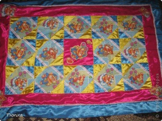 Чтобы деткам моим веселей было играть и теплее сидеть на полу с шился такой игровой ковер. фото 2