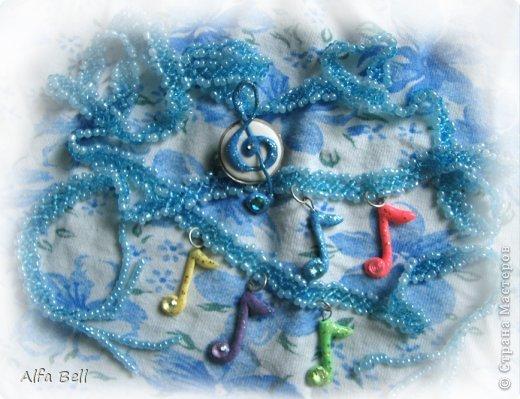 Бело-голубой комплект: - 3 ожерелья из бисера (делала мать моего парня) - 2 фенечки (я делала ещё лет в 13) - 2 заколки (идея чтобы сохранить расположения ожерелья) - кольцо. материалы: - масса для лепки http://orange-elephant.ru/product - стразы - лак для ногтей - бисер фото 4