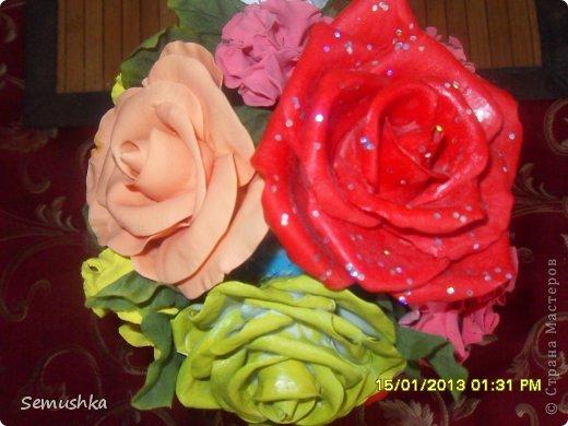 Не так давно эти мои неудачные цветочки слепленные уже давно, красовались на елке. Новогодние праздники кончиись куда девать цветы. Вместе с жителями страны решили сделатьтопиарий))))))