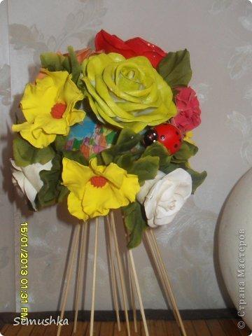 Не так давно эти мои неудачные цветочки слепленные уже давно, красовались на елке. Новогодние праздники кончиись куда девать цветы. Вместе с жителями страны решили сделатьтопиарий)))))) фото 2