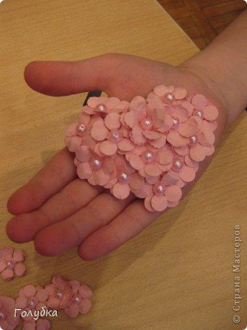 Сегодня пятница и мы встретились с ребятами первый раз после каникул:) Я им предложила сделать магнит в форме сердца. Цветочного сердца:) Идея не нова ( достаточно набрать в ПОИСКе), но она будет актуальна для 14 февраля в качестве валентинки, в качестве подарка на 8 марта(можно сделать весенние цветы), да и просто на День рождение. фото 11