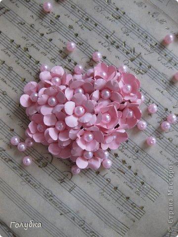 Сегодня пятница и мы встретились с ребятами первый раз после каникул:) Я им предложила сделать магнит в форме сердца. Цветочного сердца:) Идея не нова ( достаточно набрать в ПОИСКе), но она будет актуальна для 14 февраля в качестве валентинки, в качестве подарка на 8 марта(можно сделать весенние цветы), да и просто на День рождение. фото 1