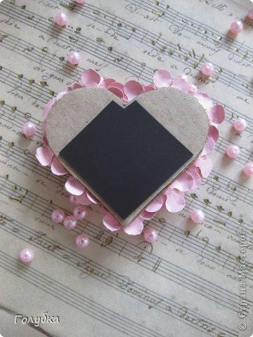 Сегодня пятница и мы встретились с ребятами первый раз после каникул:) Я им предложила сделать магнит в форме сердца. Цветочного сердца:) Идея не нова ( достаточно набрать в ПОИСКе), но она будет актуальна для 14 февраля в качестве валентинки, в качестве подарка на 8 марта(можно сделать весенние цветы), да и просто на День рождение. фото 3