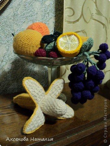 У девочек видела такую вазу с фруктами. Заразилась. Связала виноград, апельсин, грушу, вишню, лимон, банан, яблоко, а вот арбуз застрял. Осилила  две дольки и дальше никак.   Выставляю пока так, а арбуз видно подождет. Вязала используя  http://picasaweb.google.com/115524851280386705595/Frutas?gsessionid=i8rWwytb7hFQSKvhDzorXQ#5099533796118347490  Но фрукты были то большими, то внутри пластмассовые основы. В итоге все корректировала и вязала на глаз как душа велела.