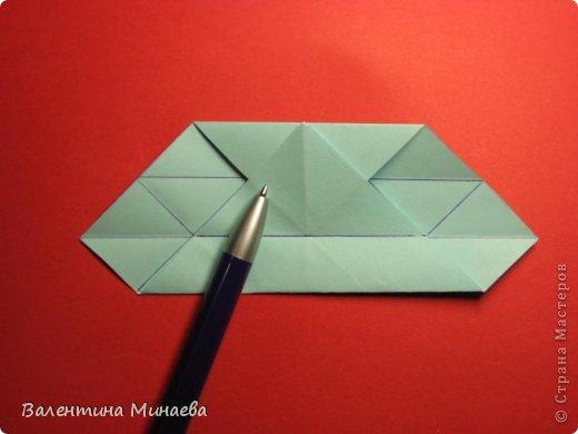 Я уже показывала эту кусудаму. Теперь предлагаю вам МК этих синих крученых цветов. В основе - кусудама Stern var., автор Paolo Bascetta, 30 модулей, размер бумаги 8,5 х 8,5 см Для цветов необходимо 60 модулей, у меня размер бумаги 7,0 х 7,0 см, в итоге кусудама получается 12,5 см в диаметре.  Автор модульных цветов - Валентина Минаева (Valentina Minayeva) фото 9