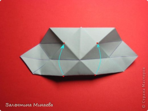 Я уже показывала эту кусудаму. Теперь предлагаю вам МК этих синих крученых цветов. В основе - кусудама Stern var., автор Paolo Bascetta, 30 модулей, размер бумаги 8,5 х 8,5 см Для цветов необходимо 60 модулей, у меня размер бумаги 7,0 х 7,0 см, в итоге кусудама получается 12,5 см в диаметре.  Автор модульных цветов - Валентина Минаева (Valentina Minayeva) фото 11