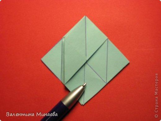 Я уже показывала эту кусудаму. Теперь предлагаю вам МК этих синих крученых цветов. В основе - кусудама Stern var., автор Paolo Bascetta, 30 модулей, размер бумаги 8,5 х 8,5 см Для цветов необходимо 60 модулей, у меня размер бумаги 7,0 х 7,0 см, в итоге кусудама получается 12,5 см в диаметре.  Автор модульных цветов - Валентина Минаева (Valentina Minayeva) фото 13