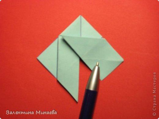 Я уже показывала эту кусудаму. Теперь предлагаю вам МК этих синих крученых цветов. В основе - кусудама Stern var., автор Paolo Bascetta, 30 модулей, размер бумаги 8,5 х 8,5 см Для цветов необходимо 60 модулей, у меня размер бумаги 7,0 х 7,0 см, в итоге кусудама получается 12,5 см в диаметре.  Автор модульных цветов - Валентина Минаева (Valentina Minayeva) фото 14