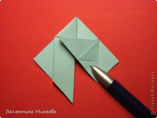 Я уже показывала эту кусудаму. Теперь предлагаю вам МК этих синих крученых цветов. В основе - кусудама Stern var., автор Paolo Bascetta, 30 модулей, размер бумаги 8,5 х 8,5 см Для цветов необходимо 60 модулей, у меня размер бумаги 7,0 х 7,0 см, в итоге кусудама получается 12,5 см в диаметре.  Автор модульных цветов - Валентина Минаева (Valentina Minayeva) фото 15