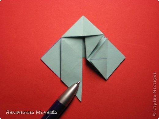 Я уже показывала эту кусудаму. Теперь предлагаю вам МК этих синих крученых цветов. В основе - кусудама Stern var., автор Paolo Bascetta, 30 модулей, размер бумаги 8,5 х 8,5 см Для цветов необходимо 60 модулей, у меня размер бумаги 7,0 х 7,0 см, в итоге кусудама получается 12,5 см в диаметре.  Автор модульных цветов - Валентина Минаева (Valentina Minayeva) фото 16