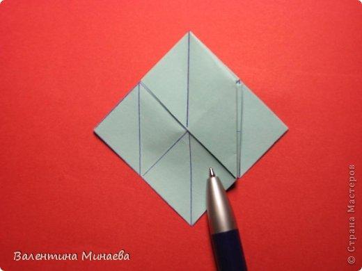 Я уже показывала эту кусудаму. Теперь предлагаю вам МК этих синих крученых цветов. В основе - кусудама Stern var., автор Paolo Bascetta, 30 модулей, размер бумаги 8,5 х 8,5 см Для цветов необходимо 60 модулей, у меня размер бумаги 7,0 х 7,0 см, в итоге кусудама получается 12,5 см в диаметре.  Автор модульных цветов - Валентина Минаева (Valentina Minayeva) фото 17