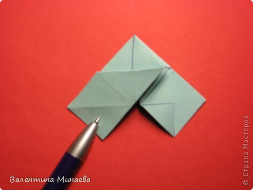 Я уже показывала эту кусудаму. Теперь предлагаю вам МК этих синих крученых цветов. В основе - кусудама Stern var., автор Paolo Bascetta, 30 модулей, размер бумаги 8,5 х 8,5 см Для цветов необходимо 60 модулей, у меня размер бумаги 7,0 х 7,0 см, в итоге кусудама получается 12,5 см в диаметре.  Автор модульных цветов - Валентина Минаева (Valentina Minayeva) фото 18