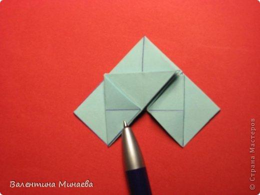 Я уже показывала эту кусудаму. Теперь предлагаю вам МК этих синих крученых цветов. В основе - кусудама Stern var., автор Paolo Bascetta, 30 модулей, размер бумаги 8,5 х 8,5 см Для цветов необходимо 60 модулей, у меня размер бумаги 7,0 х 7,0 см, в итоге кусудама получается 12,5 см в диаметре.  Автор модульных цветов - Валентина Минаева (Valentina Minayeva) фото 19