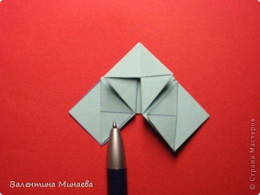 Я уже показывала эту кусудаму. Теперь предлагаю вам МК этих синих крученых цветов. В основе - кусудама Stern var., автор Paolo Bascetta, 30 модулей, размер бумаги 8,5 х 8,5 см Для цветов необходимо 60 модулей, у меня размер бумаги 7,0 х 7,0 см, в итоге кусудама получается 12,5 см в диаметре.  Автор модульных цветов - Валентина Минаева (Valentina Minayeva) фото 20